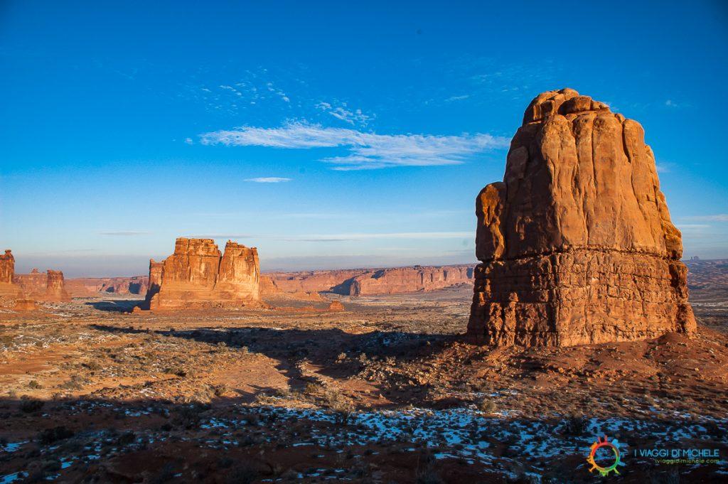 Si presenta così l'ingresso del parco degli archi vicino a Moab, nello Utah.