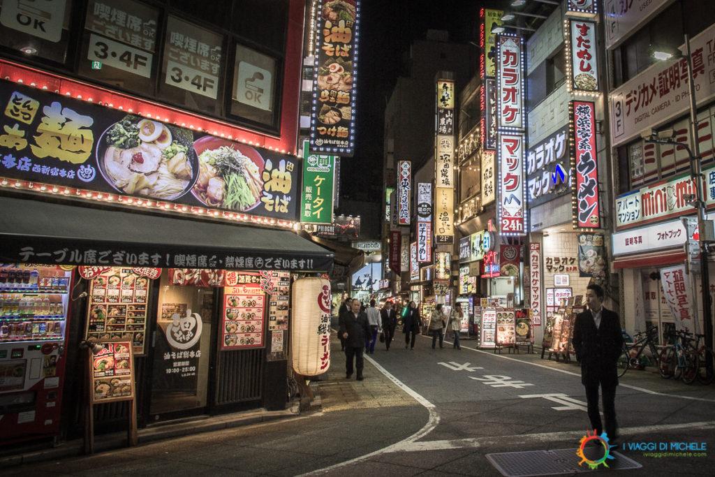 Un Edochiano nel terzo inferiore destro, immerso nelle luci notturne di Tokyo