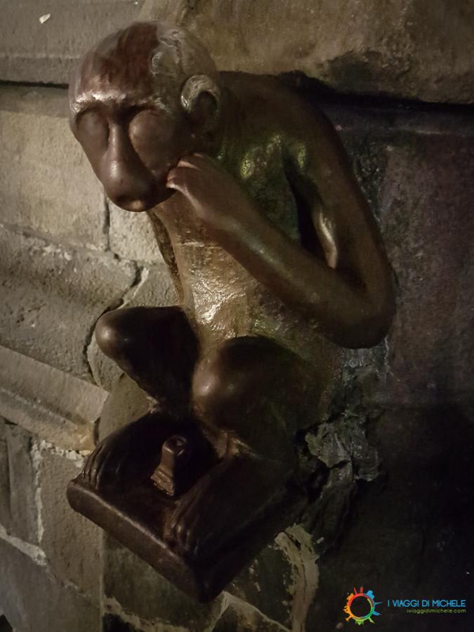La scimmia di bronzo, Mons